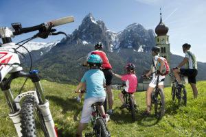 Col mountainbike ai piedi dello Sciliar