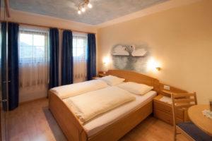 Camera da letto dell'appartamento al agriturismo Grafaierhof